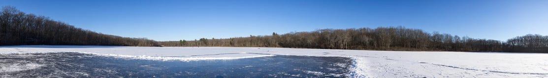 Panorama de uma lagoa congelada Imagens de Stock