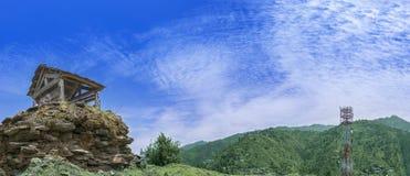 Panorama de uma paisagem bonita do vale de Janjehli, Himalayas imagens de stock