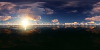 Panorama de un cielo azul con las nubes de oro en el océano Foto de archivo