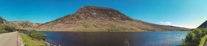 Panorama de un lago y de una colina en el parque nacional de Snowdonia Imagenes de archivo