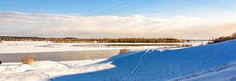 Panorama de un paisaje del invierno con el río Fotografía de archivo