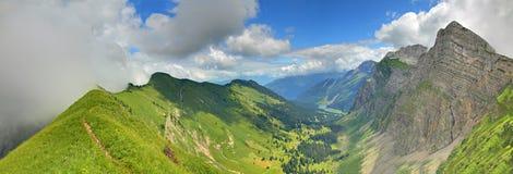 Panorama de un valle de la montaña Imágenes de archivo libres de regalías