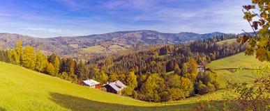 Panorama de un valle de la montaña en colores del otoño foto de archivo libre de regalías