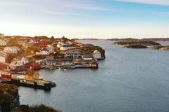 Panorama de una costa costa de la isla en Noruega Imagen de archivo libre de regalías