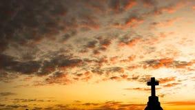 Panorama de una cruz en la puesta del sol Imágenes de archivo libres de regalías