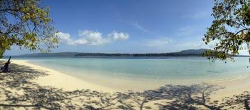 Panorama de una playa tropical Fotos de archivo