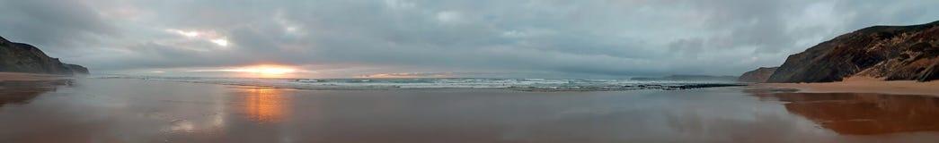 Panorama de una puesta del sol hermosa en una playa remota en el westco Foto de archivo libre de regalías