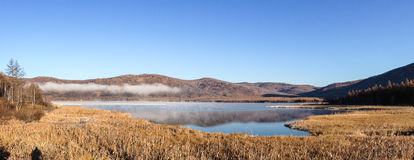 Panorama de Usu Prodigal Lake en la madrugada Imagen de archivo libre de regalías