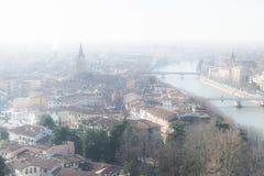 Panorama de Vérone (Italie) dans le brouillard Photographie stock