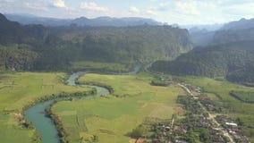 Panorama de vallée avec la ville contre la vue supérieure de montagnes banque de vidéos