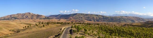 Panorama de vallée d'Oued Nfis et de montagnes d'atlas Photo stock