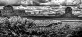 Panorama de vallée de monument en Arizona en noir et blanc images libres de droits