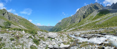 Panorama de vallée de rivière de Bilyagidon, Caucase, Russie image libre de droits