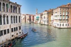 Panorama de Venise : canal, gondole, bateaux et vieilles maisons de brique à Venise, Italie, l'Europe photo stock