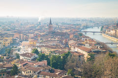 Panorama de Verona Italy dans le brouillard Photographie stock