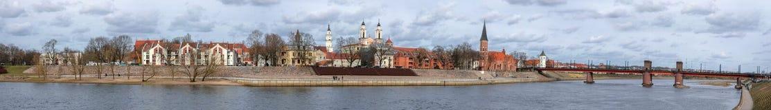 Panorama de vieille ville de Kaunas avec le pont au-dessus de la rivière de Nemunas photos stock