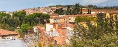 Panorama de vieille ville Sienne, Toscane, Italie avec des maisons, cyprès Image libre de droits