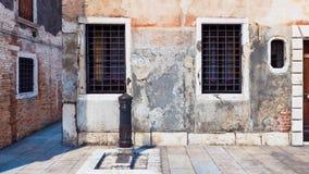 Panorama de vieux mur extérieur du bâtiment antique illustration libre de droits