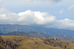 Panorama de village dans la campagne dans les Carpathiens orientaux Image libre de droits