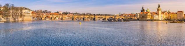Panorama de ville avec la rivière de Vltava à Prague Images stock