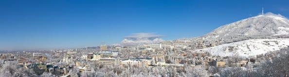Panorama de ville contre des montagnes. photo stock