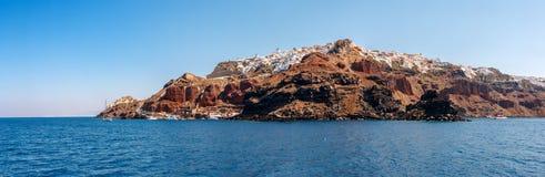 Panorama de ville d'Oia de la mer sur Santorini images stock