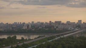 Panorama de ville dans le lever de soleil banque de vidéos