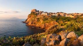 Panorama de ville de Capraia sur la roche de l'île d'Isola di Capraia Image stock