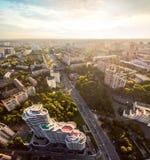 Panorama de ville de Kiev par le pont de Paton Silhouette d'homme se recroquevillant d'affaires Photographie stock
