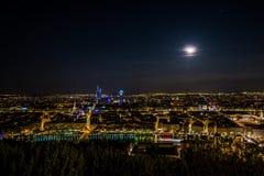 Panorama de ville de Lyon par nuit par jour de pleine lune, splendide ! Photos stock