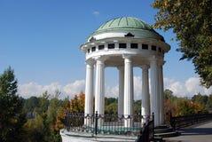 Panorama de ville de Yaroslavl, axe décoré par les colonnes blanches Photographie stock libre de droits