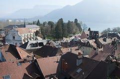 Panorama de ville et de lac d'Annecy Images stock