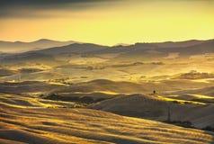 Panorama de Volterra, Rolling Hills e campos verdes no por do sol RUR Imagens de Stock
