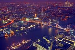 Panorama de vue de dessus de toit de Londres au coucher du soleil avec des architectures urbaines Photographie stock libre de droits