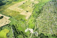 Panorama de vue des espaces verts d'en haut Prés, pâturages, ferme photo stock