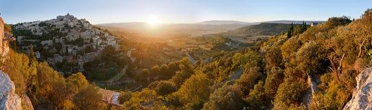 Panorama de vue médiévale célèbre de lever de soleil de village de Gordes, Provence images libres de droits