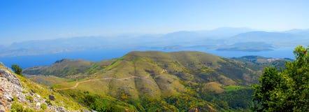 Panorama de vue de montagne et de mer dans Pantokrator, Corfou, Grèce images stock