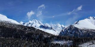 Panorama de Vysoke Tatry em um dia de mola ensolarado picos imagens de stock royalty free