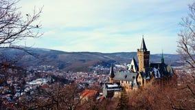 Panorama de Wernigerode e de castelo de Wernigerode em Saxony-Anhalt, Alemanha imagem de stock