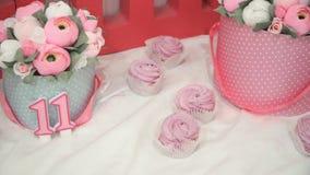 Panorama de zéphyr rose fait main délicieux sur la table avec des bonbons et des fleurs clips vidéos