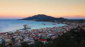 Panorama de Zakynthos au coucher du soleil Falaise de ville de Zante avec le harbou de ferry Images libres de droits