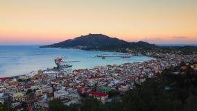 Panorama de Zakynthos en la puesta del sol Acantilado de la ciudad de Zante con harbou del transbordador Imágenes de archivo libres de regalías