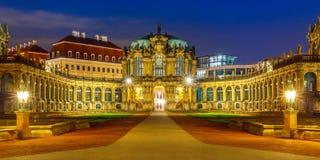 Panorama de Zwinger en la noche en Dresden, Alemania Foto de archivo
