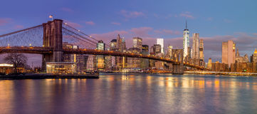 Panorama dei grattacieli di Manhattan e del ponte di Brooklyn ad alba Fotografia Stock