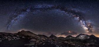 Panorama dei picchi della galassia e di montagna della Via Lattea fotografia stock libera da diritti