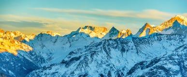 Panorama dei picchi di montagne al tramonto Fotografie Stock