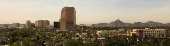 Panorama dei quartieri alti di Phoenix vicino a crepuscolo Immagini Stock Libere da Diritti