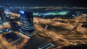 Panorama del área de Dubai con un empalme de camino y del tráfico en la noche almacen de metraje de vídeo