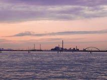 Panorama del área industrial cerca del canal del mar en la oscuridad imagen de archivo