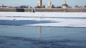 Panorama del agua del río Neva a la fortaleza de Peter y de Paul en invierno almacen de video